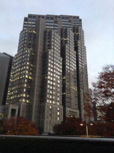 夕方の都庁 外観 西新宿 駐車場